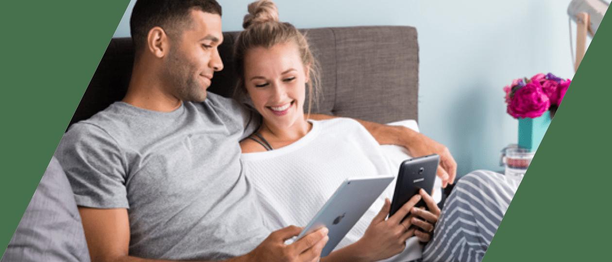 Pasangan menggunakan Scribd di tablet